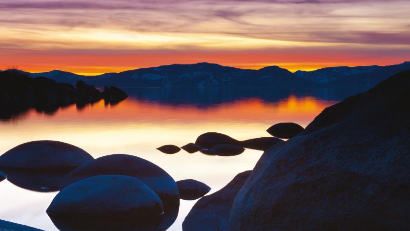 Sonnenuntergang. Rot orange. Wasser. Berge.