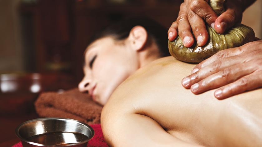Therapie. Hände massieren Körper mit Öl.