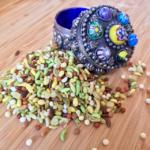 Bunte Samenkörner mit bunter Dose aus Indien